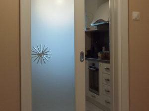 Usa alba culisanta de interior din lemn