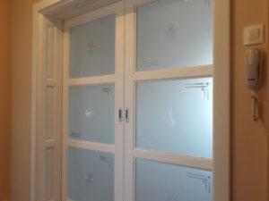 Usa culisanta alba de interior din lemn