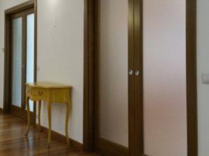 Usi culisante pentru interior din lemn cu sticla