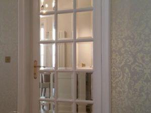 usa din lemn alba cu sticla
