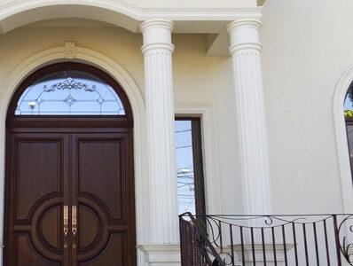 usa de exterior din lemn cu arcada si vitraliu-imagine