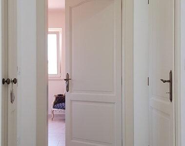 usa alba din lemn pentru dormitor