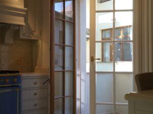 usi din lemn stratificat cu sticla , bucatarie , terasa , imagine model 2040