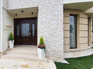 usa din lemn stratificat pentru intrare in casa , imagine model 1155
